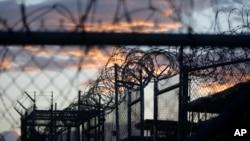 ຮູບພາບຕາເວັນຂຶ້ນຕອນເຊົ້າ ຢູ່ຄຸກທີ່ປິດລົງໄປແລ້ວມີຊື່ວ່າ X-Ray ທີ່ໄດ້ໃຊ້ກັກຂັງພວກຫົວຮຸນແຮງ al-Qaida ແລະ ພວກ Taliban ທີ່ຈັບໄດ້ ຫລັງຈາກການໂຈມຕີ ວັນທີ 11 ເດືອນກັນຍາ ທີ່ຮູ້ກັນໃນຂະນະນີ້ວ່າ ຄຸກອ່າວ Guantanamo ປະເທດ Cuba.