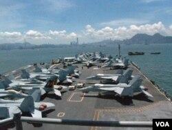 """访问香港的美国航空母舰""""乔治·华盛顿号""""上的战斗机(2012年7月10日,美国之音丁力拍摄)"""