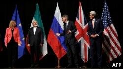 14일 오스트리아 빈에서 이란 핵 협상이 최종 타결된 후, 필립 해먼드 영국 외무장관(오른쪽 두번째), 존 케리 미국 국무장관(오른쪽 첫번째), 페데리카 모게리니 유럽연합 외교안보 고위대표(왼쪽 첫번째), 무함마드 자바드 자리프 이란 외교장관이 기념 사진 촬영을 위해 대기하고 있다.