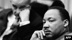 Martin Lyuter King 1964 yilda Tinchlik uchun Nobel mukofotiga loyiq topiladi. O'sha yili prezident Lindon Jonson barcha fuqarolar teng huquqqa ega degan qonunga imzo chekadi.