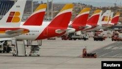 Des avions de la compagnie aérienne espagnole Iberia garés à l'aéroport, le 9 mars 2016.