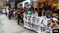 香港学联发起学生和市民中环公民抗命游行 (美国之音图片/海彦拍摄)