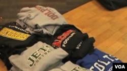 Sebagian kaos jersey football palsu yang disita dari toko olah raga di Fort Wayne, Indiana, belum lama ini.