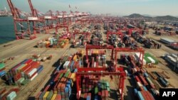 資料照:中國山東省青島一個港口上的起重機、龍門吊車和集裝箱。 (2018年11月8日)