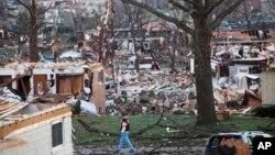 Seorang pria berjalan melewati reruntuhan di sekitar wilayah Washington, Illinois 18 November 2013 (Foto: dok). Badai petir kembali melanda sebagian besar Amerika Tengah dan Amerika Selatan.