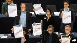 Za vrijeme govora premijera Orbana, više je europskih zastupnika prosvjedovalo protiv novog mađarskog zakona o medijima