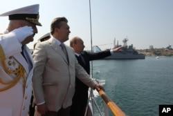 烏克蘭總統亞努科維奇與俄羅斯總統普京2013年7月在克里米亞半島主要城市塞瓦斯托波爾檢閱海軍.