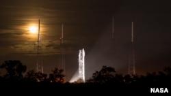 Raketa Atlas V sa NASA-inom svemirskom letelicom za ispitivanje atmosfere Marsa Maven u Kejp Kanaveralu.