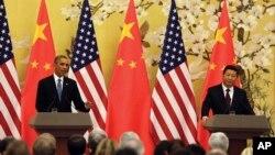 12일 바락 오바마 미국 대통령(왼쪽)이 중국 베이징 인민대회당에서 가진 공동 기자회견에서 발언하고 있다. 오른쪽은 시진핑 중국 국가주석.