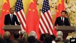 Tổng thống Obama và Chủ tịch Trung Quốc Tập Cận Bình trong cuộc họp báo chung tại Bắc Kinh, ngày 12/11/2014. Ông Tập dường như xác nhận rằng Bắc Kinh đang trừng phạt các hãng thông tấn nước ngoài vì đã đăng tải các bài viết chỉ trích Trung Quốc.