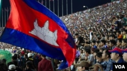 Fans hold Cambodian flag during the preliminary joint qualification round 2 match for 2018 World Cup between Cambodian football national team and Singapore in Olympic stadium on June 11, 2015. (Nov Povleakhena/VOA Khmer)
