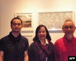 """王喜生(左)、徐莉玲(中)、郑松茂在中国艺术家徐冰的作品""""天书""""前"""