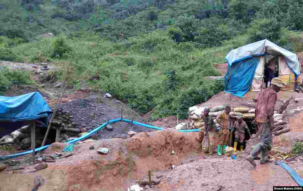 Des exploitation artisanales de l'or à Chanda et Kamituga en RDC, le 23 mars 2017. (VOA/Ernest Muhero)