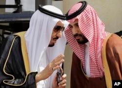 شهزاده محمد سلمان (راست)، ولیعهد و وزیر دفاع عربستان، یکی از چهره های بارز در سیاست های شاه سلمان دانسته می شود
