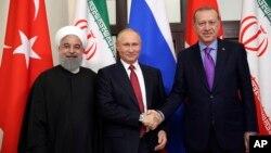 지난해 11월 러시아 소치에서 하산 로하니 이란 대통령(왼쪽부터), 블라디미르 푸틴 대통령, 레제프 타이이프 에르도안 대통령이 만나 시리아 사태를 논의했다.