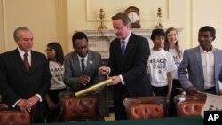 """Từ trái: Phó Tổng thống Brazil Michel Temer, ngôi sao bóng đá Brazil Pele, Thủ tướng Anh David Cameron và vận động viên điền kinh huyền thoại người Ethiopia Haile Gebreselassie tham dự """"Hội nghị Thượng đỉnh về nạn đói"""" tại London, ngày 12/8/2012"""