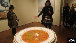 Куратор выставки Кристина Моранди демонстрирует работу Лемминга Нагеля «Селянка» Photo: Oleg Sulkin