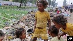 Des enfants fouillant des ordures à Madagascar (AP)