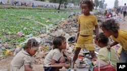 Des enfants jouent sur une rue à Madagascar