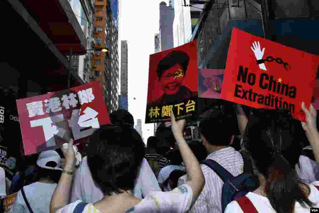 6-9香港反送中大遊行參與者高舉標語。(美國之音湯惠芸拍攝)