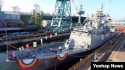 13일 한국 울산 현대중공업 특수선 도크에서 한국 해군의 차세대 호위함인 '전북함'이 진수 채비를 하고 있다.