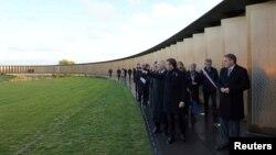 エマニュエル・マクロン大統領がフランスのアラス近郊のノートルダム・デ・ロレット戦争記念館で第一次世界大戦の記念碑を訪れ、11月の8、2018。