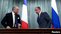 Russia's Foreign Minister Sergei Lavrov (R) and his French counterpart, Laurent Fabius, are seen at a news conference in Moscow, September 17, 2013.