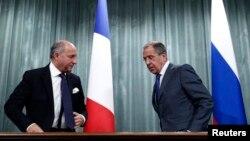 세르게이 라브로프 러시아 외무장관(오른쪽)과 로랑 파비우스 프랑스 외무장관이 17일 모스크바에서 시리아 사태에 관해 논의한 후 공동 기자회견을 가졌다.