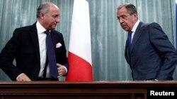 Menlu Rusia Sergei Lavrov (kanan) melakukan konferensi pers bersama dengan Menlu Perancis Laurent Fabius di Moskow, Selasa (17/9).