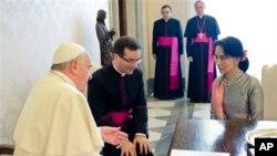 ပုပ္ရဟန္းမင္းႀကီး Francis ကို ျမန္မာ့ဒီမိုကေရစီေခါင္းေဆာင္ ေဒၚေအာင္ဆန္းစုၾကည္က ဗာတီကန္ေက်ာင္းေတာ္မွာ သြားေရာက္ေတြ႔ဆံုစဥ္။ (ေအာက္တိုဘာ ၂၈၊ ၂၀၁၃)