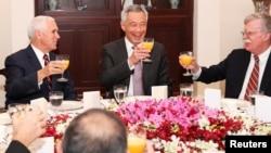 美国副总统彭斯(左)和美国国家安全顾问博尔顿(右)在新加坡参加由新加坡总理李显龙主持的工作早餐。