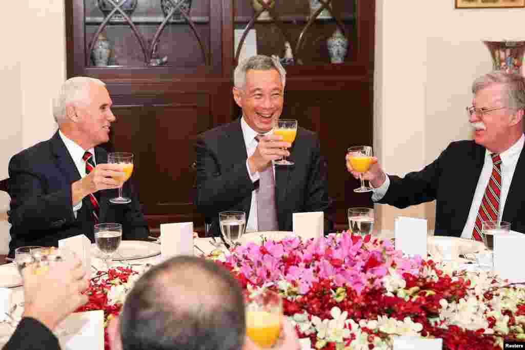 در حاشیه اجلاس کشورهای عضو آسه آن، مایک پنس معاون رئیس جمهوری آمریکا به همراه جان بولتون، مشاور امنیت ملی کاخ سفید در یک صبحانه کاری با نخست وزیر سنگاپور دیدار و گفتگو کردند.