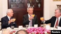 លោក Mike Pence (ឆ្វេង) និងទីប្រឹក្សាសន្តិសុខជាតិអាមេរិក John Bolton (ស្ដាំ) ទទួលអាហារពេលព្រឹកជាមួយលោក Lee Hsien Loong នាយករដ្ឋមន្ត្រីសិង្ហបុរី នៅប្រទេសសិង្ហបុរី កាលពីថ្ងៃទី១៦ វិច្ឆិកា ២០១៨។