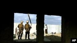 Binh sĩ thuộc Lực lượng an ninh Afghanistan đứng gác tại một địa điểm vừa xảy ra tấn công tự sát