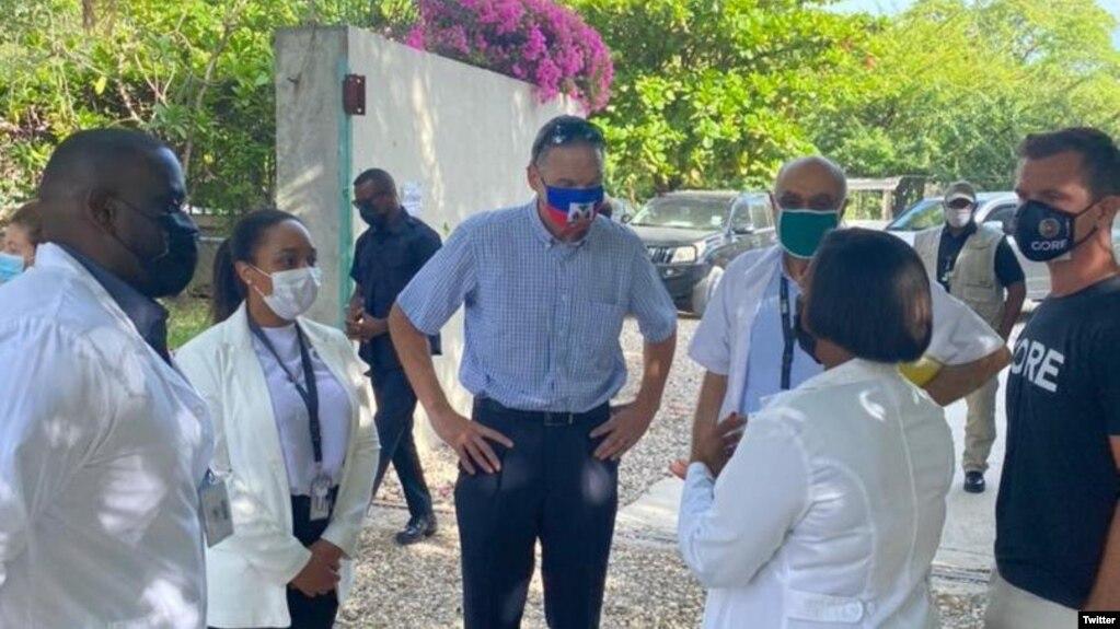 Đặc sứ Mỹ Daniel Foote thăm một trạm y tế chữa trị người mắc COVID-19 ở Haiti (ảnh tư liệu).