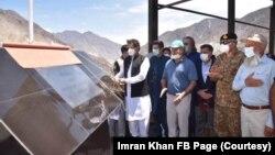 وزیراعظم عمران خان بھاشا ڈیم کا افتتاح کرتے ہوئے۔