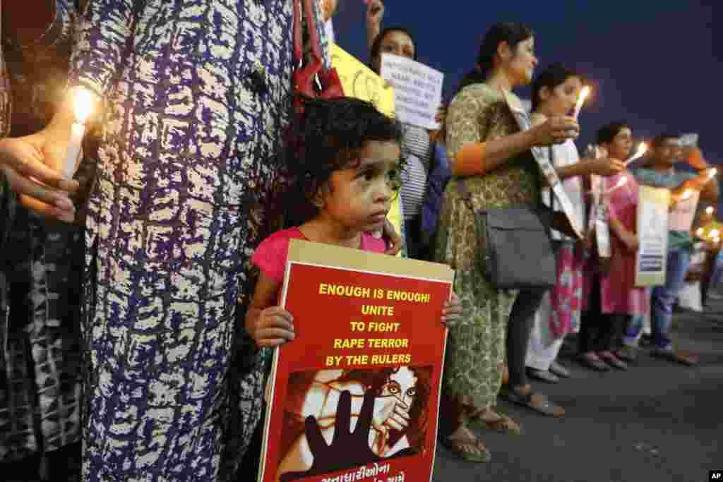 지난 1월 인도 카슈미르 지역에서 힌두 남성들이 8살 무슬림 소녀를 잔인하게 집단 강간한 후 살해한 사건이 발생한 가운데, 계속되는 집단 성폭력에 분노한 시민들이아마다바드에서 성폭행 반대 집회를 열고 있다.