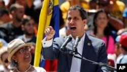 "Presiden ""sementara"" Venezuela Juan Guaido berbicara di depan pendukungnya di Caracas."