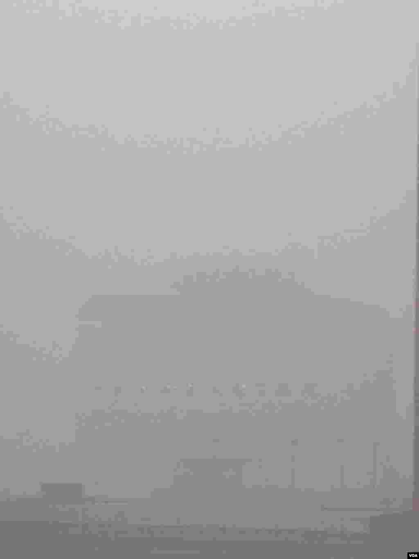2015年12月1日上午,北京秀水街附近小区。据报道,严重雾霾致使北京部分地区能见度不足500米,某些地区能见度仅200米。(美国之音叶兵拍摄)