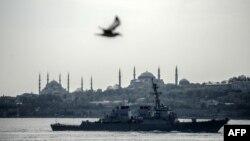 Американский военный корабль «Дональд Кук» проходит через Босфор в Стамбуле, Турция, направляясь в акваторию Черного моря, 10 апреля 2014 года.