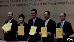 香港特首梁振英(中)宣布向中國全國人大常委會提出政改報告,正式啟動政改五步曲的第一步。(湯惠芸拍攝)