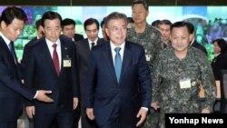 문재인 한국 대통령이 17일 오후 서울 용산구 국방부 합동참모본부 작전통제실 합동 군사지휘본부를 방문하고 있다.