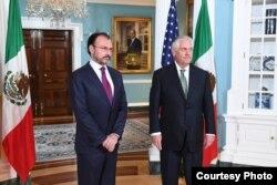 El secretario de Estado de EE.UU., Rex Tillerson, y el canciller de México, Luis Videgaray posan para la prensa antes de reunirse en privado en Washington. Abril 5 de 2017.
