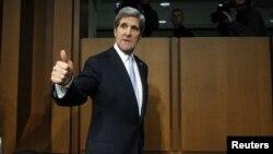 El senador John Kerry testifica ante sus colegas de la Comisión de Relaciones Exteriores donde se considera su nominación a secretario de Estado.