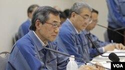 Direktur TEPCO, Masataka Shimizu (kiri) saat menghadiri pengumuman kerugian besar perusahaannya di Tokyo (20/5).