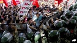 2012年9月15日,中國示威民眾與警察在北京日本駐華大使館外面發生衝突(資料照片)