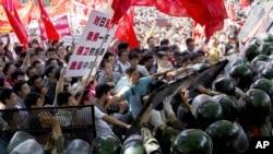 Người biểu tình Trung Quốc chống Nhật sô sát với cảnh sát trước Ðại sứ quán Nhật ở Bắc Kinh, ngày 15/9/2012.
