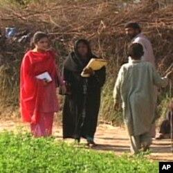 عائشہ خان لیڈی مٹیاری میں لیڈی ہیلتھ ورکر کے ہمراہ
