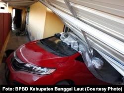 Dampak gempa 6,8 SR pada Jumat (12/4) malam mengakibatkan satu rumah dan satu mobil rusak tertimpa longsoran batu di desa Lampa, Kecamatan Banggai, Kabupaten Banggai Laut, Provinsi Sulawesi Tengah, 13 April 2019. (Foto: BPBD Kabupaten Banggai Laut)