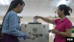 A Cambodian woman casts her ballot on commune elections day, Kandal province, Cambodia, June 04, 2017. (Khan Sokummono/VOA Khmer)